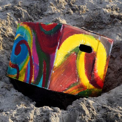bunter-Karton-im-Sand
